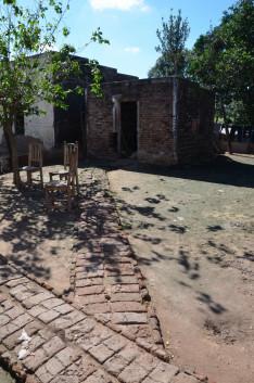 A házhoz és melléképületéhez vezető, téglából rakott járófelület