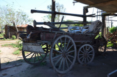 A házhoz tartozó szekér is sok más eszközzel, illetve tárggyal együtt Magyarországra kerül