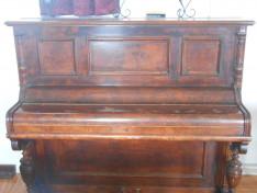 A pianínót Huse Zoltán és Csilla adományozta, minden héten használjuk