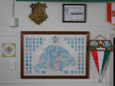 A futball zászlót a kilátogató válogatott hozta még a '80as években. A bronzcímer Láng Gyula adománya.