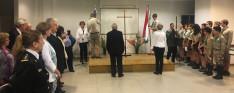 A Zrínyi Ifjúsági Kör tanulói elhelyezik a zászlókat