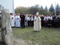 Tamás József segédpüspök a leleplezésre váró emlékműnél