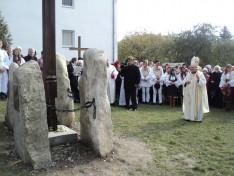 Tamás József segédpüspök a leleplezett domborművek előtt