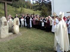 A gelencei vendégek éneke az emlékműnél