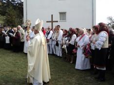 Tamás József segédpüspök az ünneplő-megemlékező hívek körében