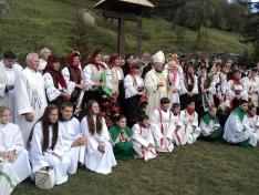Gyimesi csángók segédpüspökükkel 2016. október 23-án a gyimesbükki templomkertben