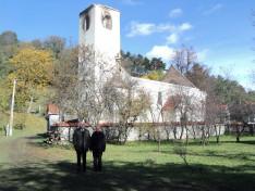 Vencser László és Adorján Imre plébános a leégett atyhai templom mellett