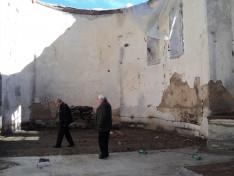 Vencser László és Adorján Imre plébános együtt járták végig a leégett atyhai templomot