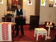 Száztíz égő gyertya mellett Marosán Csaba, a Kolozsvári Állami Magyar Színház színművésze Márton Áron püspökről szóló előadását mutatta be