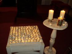 A gyertyák Márton Áron püspök emlékére égtek