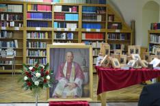 Az október 24-i gyulafehérvári könyvbemutató díszlete, előtérben Lukácsovits Magda festményével