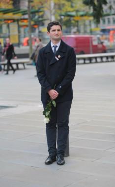 Fehér rózsa a manchesteri magyar egyetemisták nevében