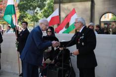 Eddie Newman alpolgármester urat a Vitézi Rend nevében Lósy Szabolcs ajándékozta meg