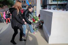 A manchesteri magyar fiatalság nevében Demeter Csenge és Kocsis Lili koszorúzott