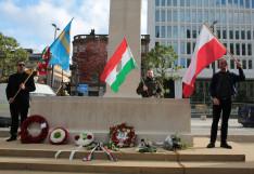 A koszorúkat magyar, székely és lengyel zászlók veszik körbe