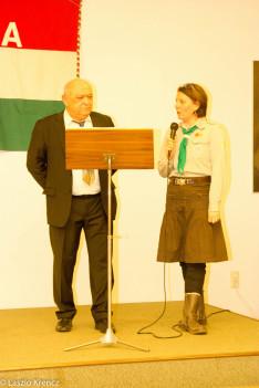 Köszöntőt mond Molnár János, a Magyar Kolónia elnöke, illetve Szántó-Konthur Krisztina, a cserkészcsapat parancsnoka