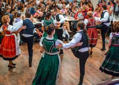 A felnőtt csoport mezőségi táncokat adott elő