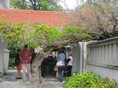 A szülők egyeztetnek a foglalkozás előtt - a lila akác árnyában