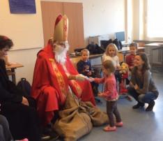 erekítő Manó odakísérte a gyerekeket a Mikuláshoz Münchenben