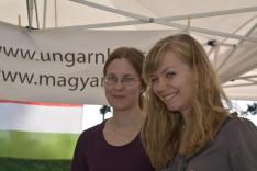 Rengei Bogi (Genf) és Bóra Eszter (Zürich) a MagyarHáz standnál