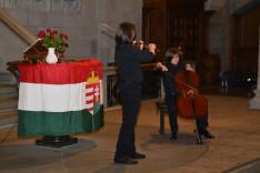 Gencyilmaz András és Miklós zenélnek
