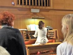 Domján Réka orgonál a kórus beéneklése alatt