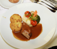 A báli menü: Boros aszalt szilvával töltött sertés szűzérmék petrezselymes burgonyapogácsával és tejszínes barna mártással