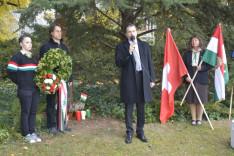 Szennyessy László, a Zürichi Magyar Egyesület elnöke beszédet mond a koszorúzásnál