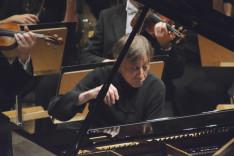 Vásáry Tamás Liszt második zongoraversenyét játssza