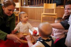 hangszersimogató a babákkal