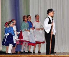 Dunántúli táncokat táncol az Amerikai Magyar Polgári Liga gyermek néptánccsoportja.