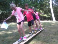 az iskola diákjai játszanak az évnyitó piknik akadályversenyén
