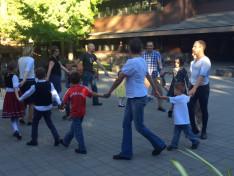 Berecz István népi játékokat tanít a gyerekeknek