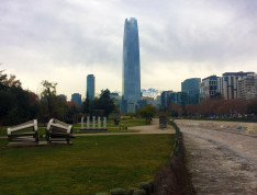 Szoborpark, háttérben a Costanera Centerrel