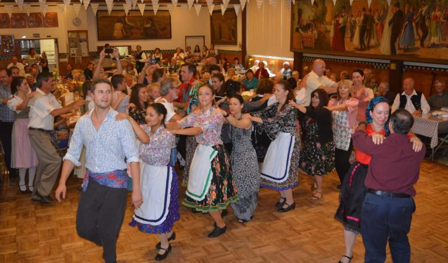 Közös tánc az Októberfeszten Los Angelesben