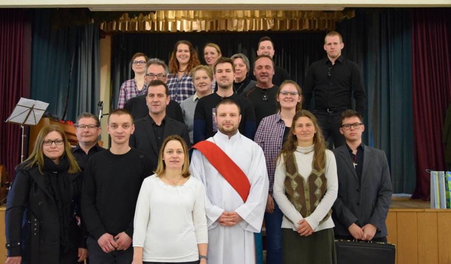 A Passiójáték szereplői középen a feltámadt Krisztussal