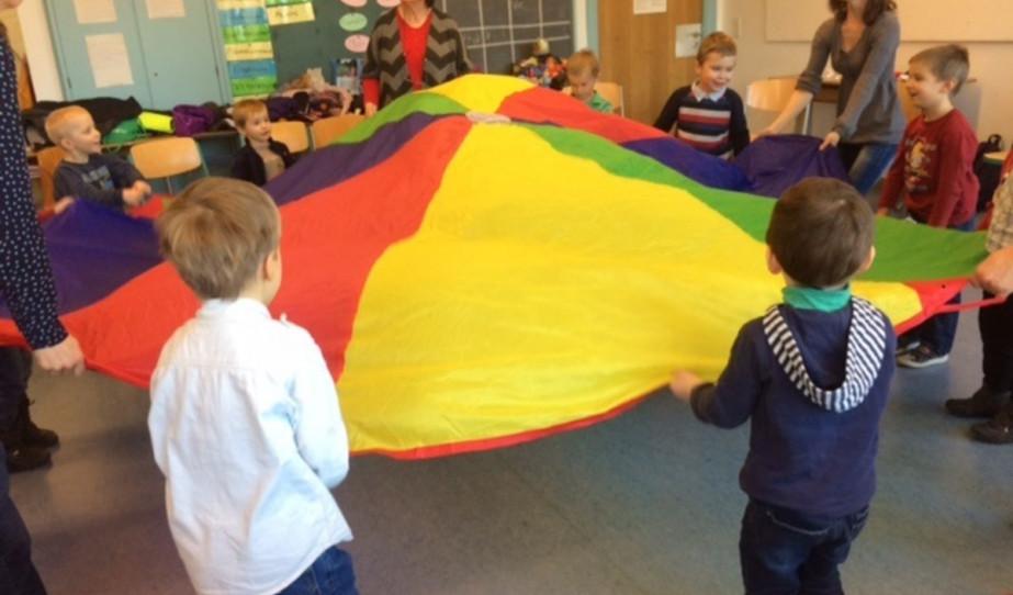 ejtőernyős-labdás játék