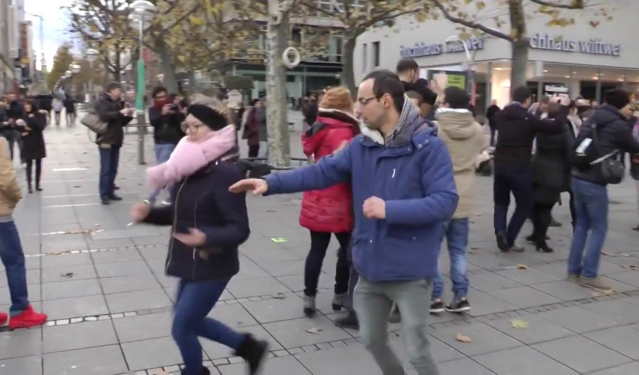 Flashmob Stuttgartban a Schlossplatzon