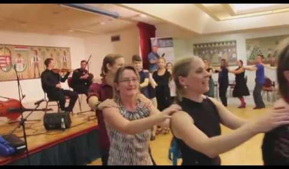 Fergeteges hangulat a Vadrózsák Néptáncegyüttes előadásán Kanadában