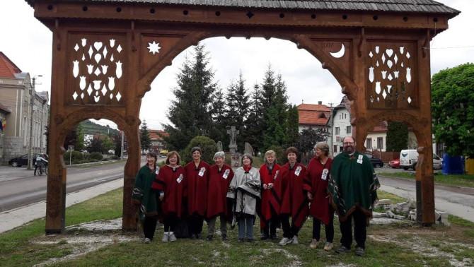 A csapat a székelykapu előtt Csíkszentdomokoson