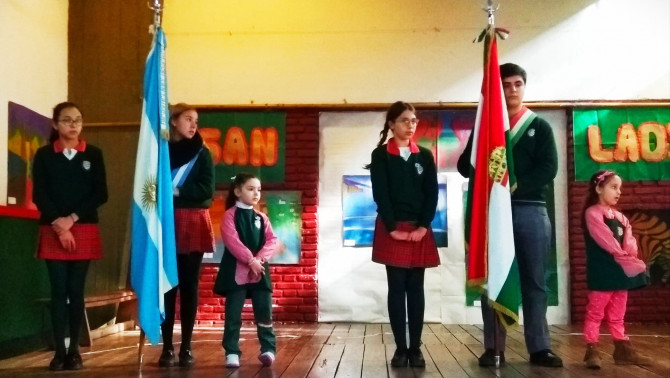 Szent László Iskola diákjai argentin és magyar zászlókkal