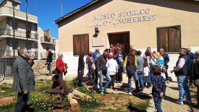A vittoriai Olasz-Magyar Történelmi Múzeum előtt gyülekeznek a magyar találkozó résztvevői