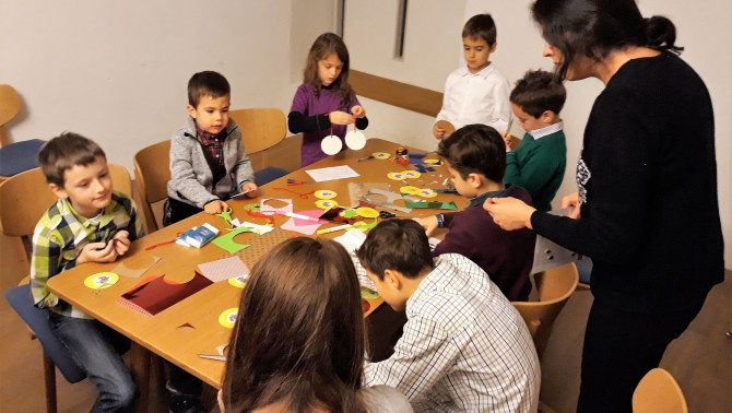A gyermekek játszva hallgatják Isten Igéjét