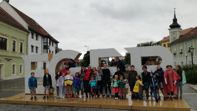 Csoportkép Eger belvárosában
