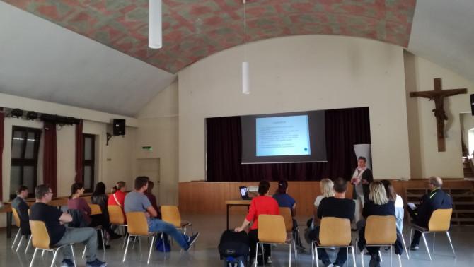 Kibili Angéla, a Szent Piroska Hétvégi Magyar Iskola és Óvoda vezetője tartott előadást a szülőknek