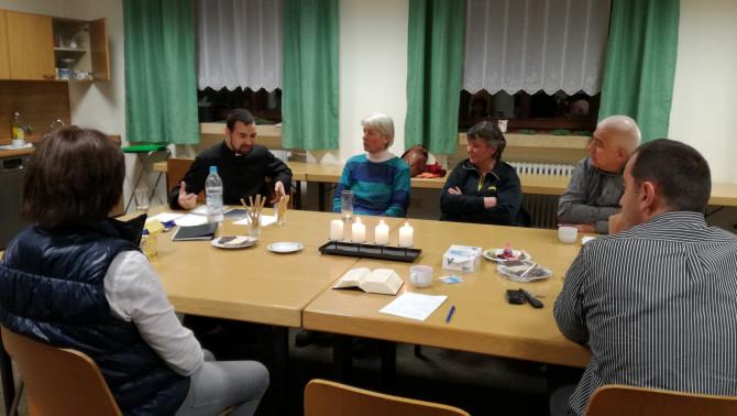 István atya beszélget a résztvevőkkel