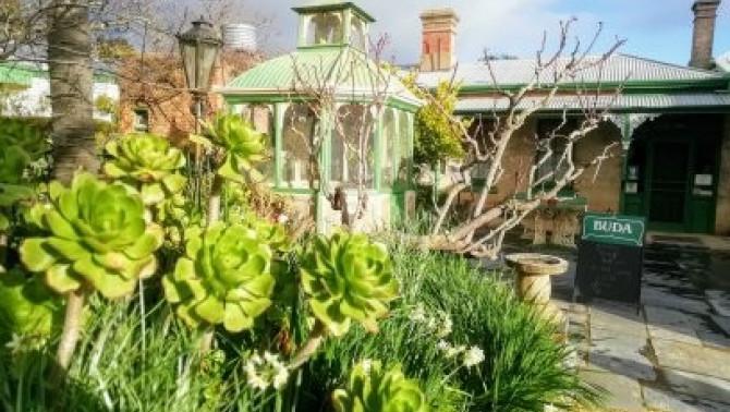 A madárház és egzotikus növények az előtérben