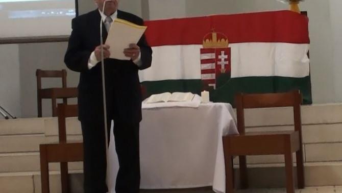 vitéz Kenessey Csaba 1956-os szabadságharcos beszédét mondja