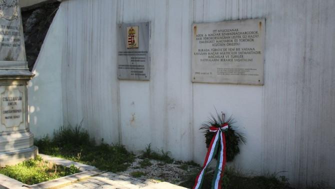 1990-ben elhelyezett emléktábla a '48-'49-es forradalom és szabadságharc hősei tiszteletére