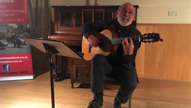 Gryllus Vilmos énekel